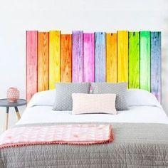 Tête de lit en palette colorée et vitaminée http://www.homelisty.com/tete-lit-palette/