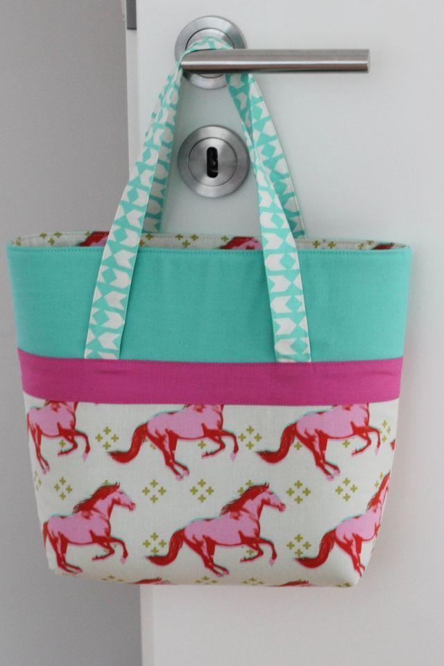 """Seit Monaten nähe ich kleine Taschen für die Mädels um mich herum. Die Idee dazu kam vom amerikanischen Blog """"My Cotton Creations"""". Den Schnitt habe ich damals für eine zweite Tasche in den Abmessunge"""