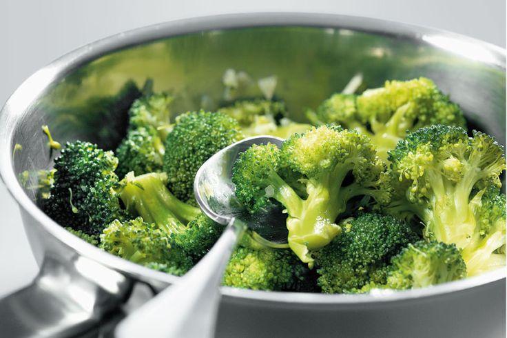 Zubereitungsarten kurz erklärt: Dämpfen    Dämpfen ist die geeignete Zubereitungsart für Gemüse und Pilze, aber auch für Fleisch und Fisch. Das Gemüse wird zuerst in Butter oder Öl bei eher kleiner Hitze angedämpft. Stark wasserhaltiges Gemüse wird ohne Flüssigkeit, festes, weniger wasserhaltiges Gemüse mit wenig Flüssigkeit zugedeckt knapp weich gegart.