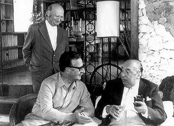 """Pablo Neruda en compagnie de Salvador Allende et de Volodia Teilteboim. """"Et vous allez me demander: mais pourquoi votre poésie -Ne vous parle-t-elle pas du rêve, des feuilles -Ou des grands volcans de votre pays natal? - Venez voir le sang dans les rues - Venez voir - Le sang dans les rues, - Venez voir le sang - Dans les rues!"""" Résidence sur la Terre (1935)"""