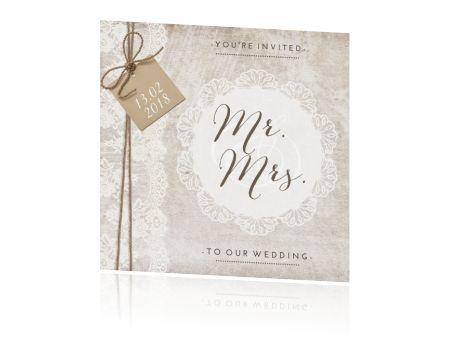 Vintage wedding card met sierlijke typografie en kant