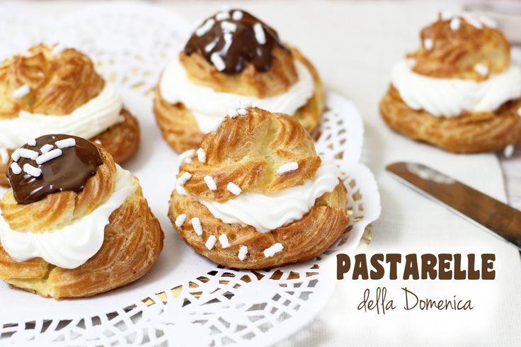 Le pastarelle con la panna sono dei dolcetti di pasta choux farciti con panna montata e decorati con cioccolato fondente e granella di zucchero