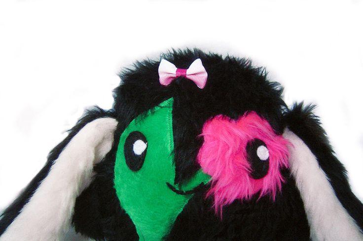Fluse Hase Blümchen Schwarz mit Blumein Pink und Grün,aus hochwertigem farbechtem Kuschel -Plüsch undFell-Imitat. Augen sind aus Filz) ! Einzelstück!U