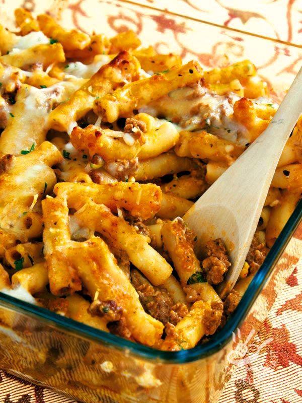 La Pasta al forno con salsiccia e provola sono un piatto gustosissimo e molto ricco. Se preferite il sapore, sostituite la provola con quella affumicata!