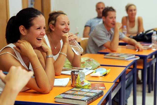 Artículo 8.-Los aspirantes de nuevo ingreso deberan participarán en el curso propedéutico, el cual tiene como propósito identificar las habilidades que tienen los estudiantes para la solución de problemas a partir del análisis de situaciones cotidianas, la elaboración de hipótesis y juicios, la solución de problemas matemáticos, el dominio y comprensión del lenguaje escrito y oral del idioma inglés, así como la observación y valoración de actitudes y valores. Aspectos indispensables para…
