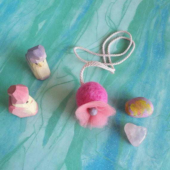 Collana rosa - collana lunga per ragazza - regalo per damigella - collana primaverile con pom pom ed essenza di lavanda - regalo romantico by ClaudiaNanniFineArt #italiasmartteam #etsy
