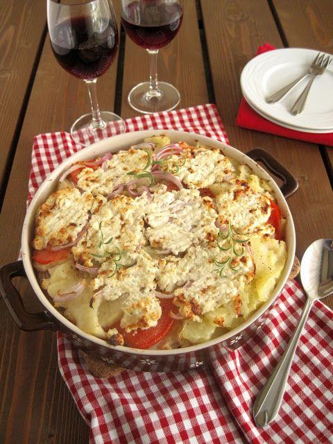 Πατάτες χωριάτικες με ντομάτα και φέτα