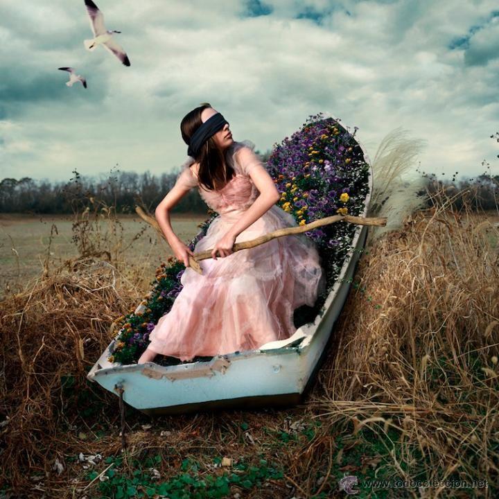 Fotografía contemporánea romántica paisaje chica en barca