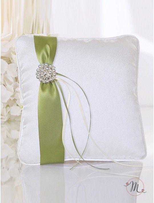 Cuscino fedi Nastro verde. Cuscino fedi in satin e nastro verde con spilla di perline. Misure: 16 x 16 cm. In #promozione #matrimonio #weddingday #cerimonia #ricevimento #wedding #cuscino #portafedi #fedi #sconti #offerta
