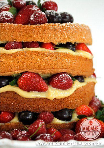 Naked Cake com frutas vermelhas e recheio brigadeiro branco - Bolo com frutas para aniversários e casamentos