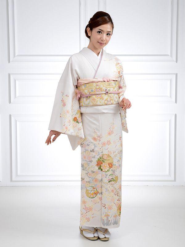 参照:rakuten.co.jp ※女性向けの記事です 結婚式に和服、イイネ! 結婚式には着物で出席する女性から、ちょっと良い情報を仕入れましたのでシェアします。 着物って値段が高いイメージありますよね。確かに新品なら洋服と比べてお金がかかってしまう場合は多いです。 しかし結婚式では逆です。 結婚式で洋服って大変ですよね 洋服だと逆にお金かかります。↓な感じで、結婚式の度に出費がかさみます。  結婚式の度に装いを変えなきゃという女心。 肩出しは上品さに欠ける装いのためダメで、カーディガンなどの上着が必要。 柄ものもダメ。 時期ごとに質感の違う服を用意する。冬ならファー、夏なら薄手の羽織など。 美容院で髪もセットしないと。  洋服で変化をつけるのは大変 毎回変えないと、「あの子毎回同じ?」と思われてしまいそう。コミュニティ内の同じメンツで結婚式が続くとなおさら。 女性は皆の装いを気にするものです。「次回わたしもそうしようかな」と、自分の参考のためにも周りをよく見ていたりします。 女性のドレスは男性のスーツ以上に、表現に幅があるため覚えられやすいのです。 ※…