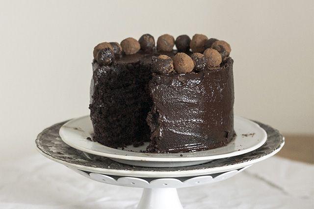 Torta Fagioli neri, datteri, olio cocco, agave, semi lino, caco