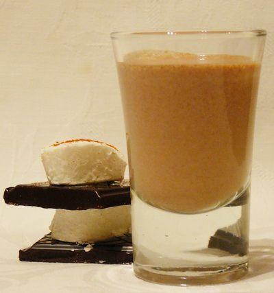Chilis-csokis karamell likőr recept - Hozzávalók: 20 dkg vajkaramella, 250 ml 30 %-os habtejszín, 6 dkg 85 %-os étcsokoládé, 200 ml whiskey, 2-3 csapott mk őrölt chili