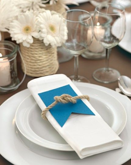 Maritime Tischdekoration mit Juteband, weißen Gerbera und blauen Details – blue, brown and white maritime wedding table decoration with jute yarn and gerberas – www.weddingstyle.de
