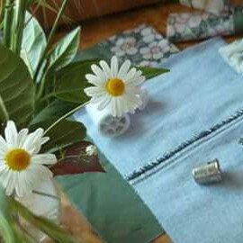 Oggi si cuce, sempre riutilizzando jeans e stoffa riciclata. Nuova vita alle cose vecchie 👖+👕+👗+👚=👛👜👝🎒❤
