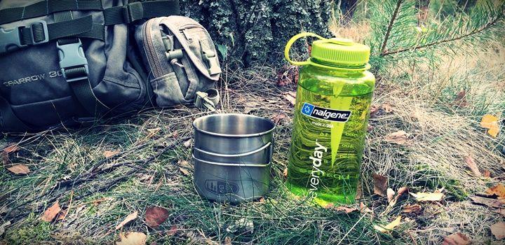Praktyczny zestaw na wyprawy, wycieczki lub biwak. Lekki, wytrzymały, niezawodny. Kubek GSI Glacier i butelka Nalgene Everyday sprawdzą się w każdych warunkach i gwarantują długotrwałe użytkowanie.