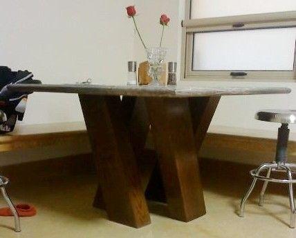 Mesa cuadrada con 4 columnas inclinadas y cubierta de - Mesa de comedor cuadrada ...