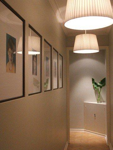 """Bonita iluminación de un pasillo. Ojo a los cuadros """"empotrados"""""""