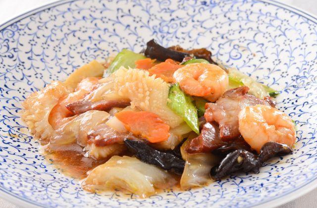 野菜たっぷりの人気中華、八宝菜をご紹介。先に野菜を下茹でしておき、合わせ調味料と一緒に一気に炒め合わせることがシャキシャキに仕上げるコツです。ごはんや焼きそばにかけても…