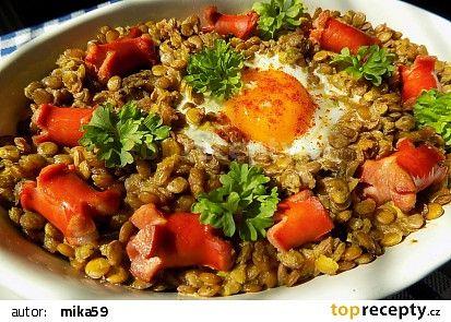 Zapečená čočka s párkem a vejcem recept - TopRecepty.cz