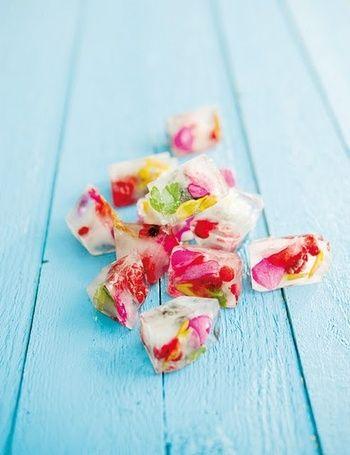 食用のエディブルフラワーを閉じ込めた、華やかなアイスキューブ。溶けると美しい花々が浮かび上がり、なんとも幻想的。おもてなしにもおすすめです。