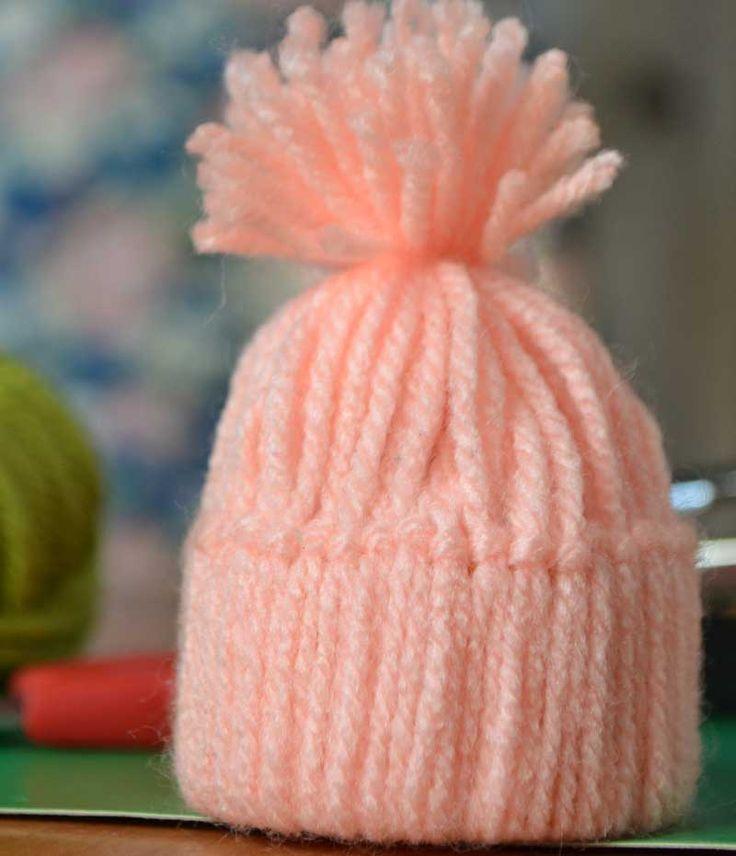 Эта забавная игрушка шапочка из ниток может украсить вашу новогоднюю елку. Все что вам нужно, это моточек акриловых ниток и полоска картона. Смотрим видео.