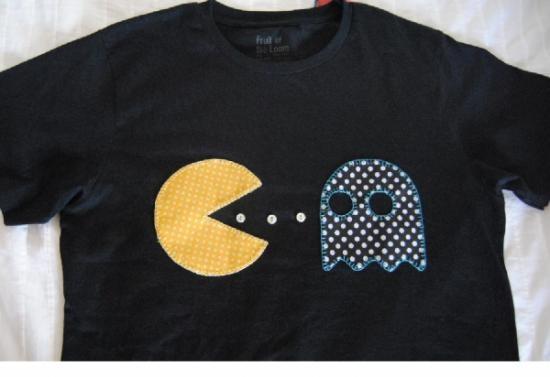 Camiseta personalizada con el comecocos o el dibujo que quieras. Está hecho con telas de algodón de colores cosido a mano.