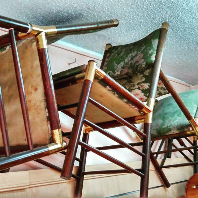 """Unas sillas con una historia que contar, éstas son las primeras sillas con las que se amuebló la primera casa de """"Proyecto Gloria"""" sillas en las que se han sentado muchas vidas, VIDAS que tuvieron otra oportunidad para hacer mejor las cosas y volverse a construir. #instalove #instaphoto #instapic #instagood #instalike #instamood #instadecor #tienda #naturales #lifestyle #old #pueblo #recuerdos #alas #culturapop #proyectogloria #enventa #madrid #old #vintage #reciclando #arganzuela #ong…"""