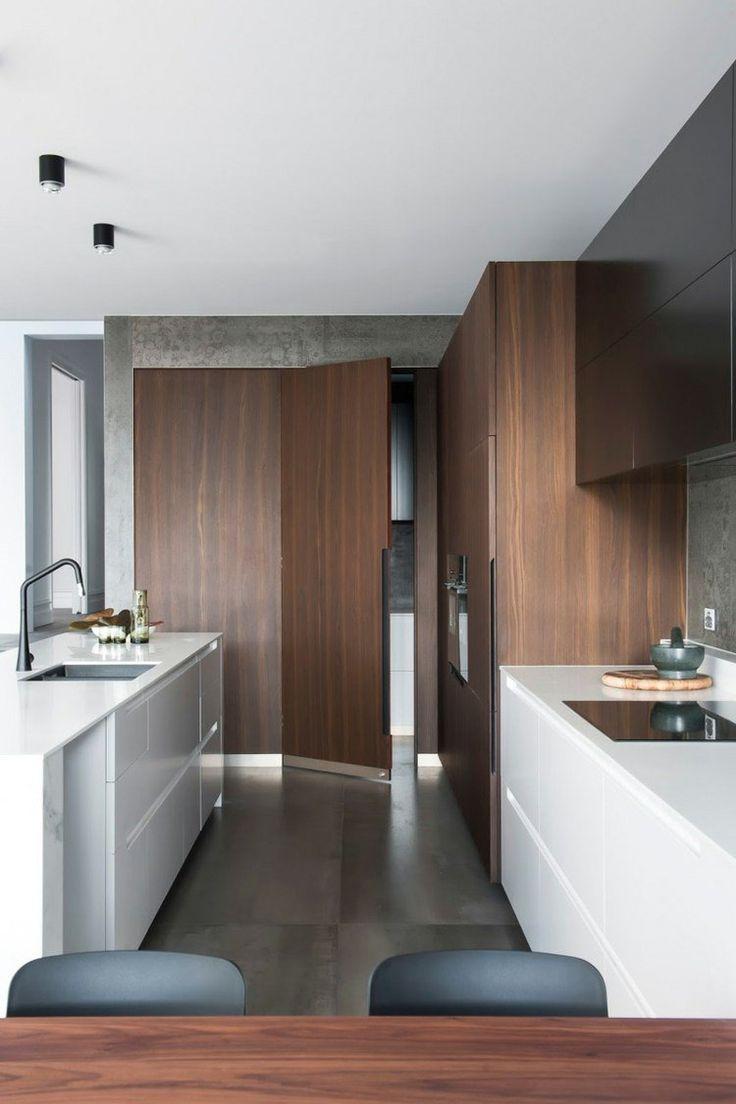 une porte en noyer au fond de la cuisine donne accès à la buanderie