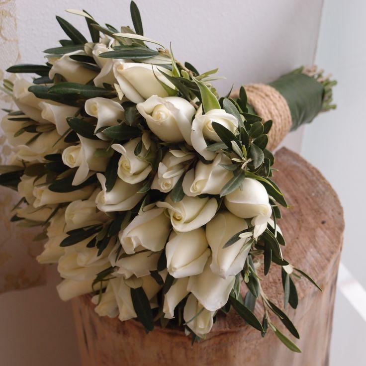 νυφική ανθοδέσμη με λευκά τριαντάφυλλα και φύλλωμα ελιάς....Δεξίωση | Στολισμός Γάμου | Στολισμός Εκκλησίας | Διακόσμηση Βάπτισης | Στολισμός Βάπτισης | Γάμος σε Νησί & Παραλία.
