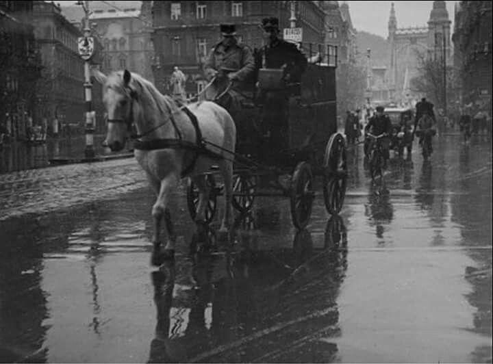1930 korül. Postakocsi a Ferenciek terén.