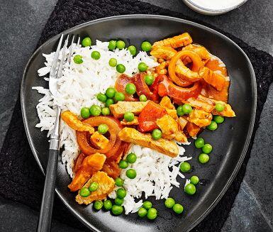 Köttgrytan för dig som vill att det ska gå snabbt i köket. Grytan gör du enkelt genom att steka lök och skinka tillsammans i en panna tills det fått en gyllene färg. Häll i den mustiga paprikasoppan och låt detta få sjuda ihop. Servera köttgrytan med nykokt ris och gröna ärter som tillbehör.