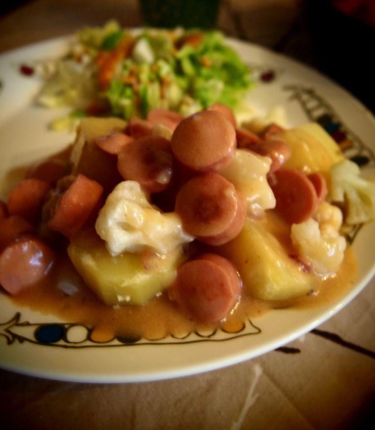 nakkikastike keitetyillä perunoilla ja kukkakaalella