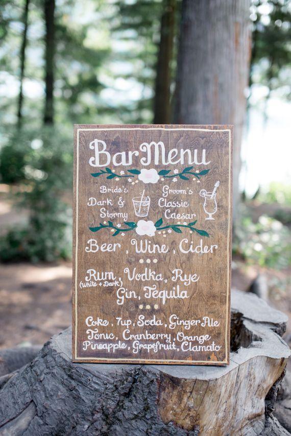 Emerald and gold camp-themed wedding | bar en bois mariage