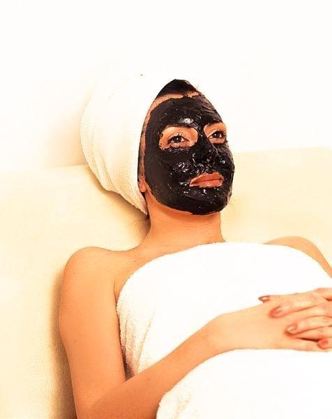 Wygładzająca i ujędrniająca skórę maseczka z czarnego błotu w hotelu Dead Sea Spa Hotel Medical Center w Sweimeh w Jordanii.