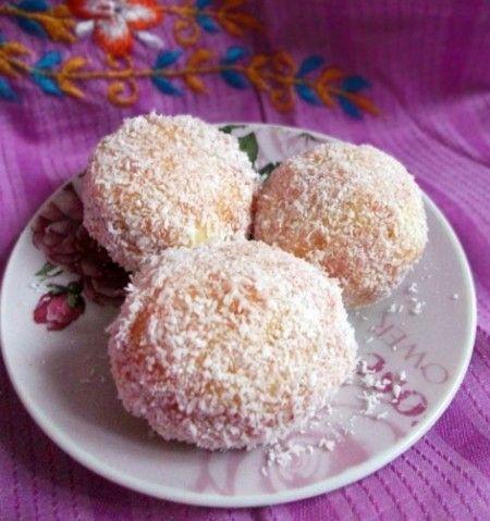 Le palle di neve sono dei golosi dolcetti arabi, profumati dall'acqua di fior d'arancio e dal cocco; sono perfetti anche come insoliti dolci di Carnevale