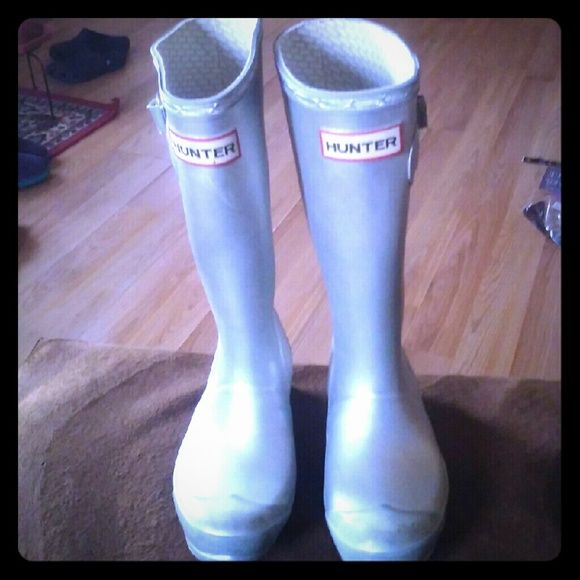 HUNTER ??BOOTS(FOR KIDS) SZ. 1MALE/2FEMALE(SILVER) SUPER CUTE HUNTER ?? FOR KIDS!! GREAT CONDITION!! GREAT PRICE. WATERPROOF!! Hunter Boots Shoes Winter & Rain Boots