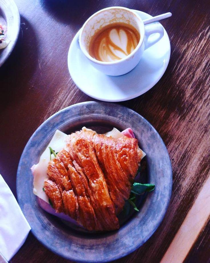 Londýnský snídaně jsou parádní, když vám ještě kávu udělá češka v kavárně provozované vašim známým, cítíte se jako doma http://www.thir.cz/ #london #winetrip #wine