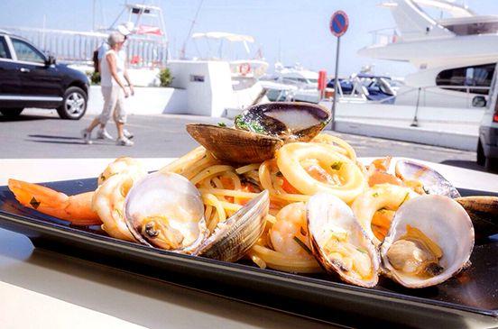 Te proponemos una experiencia en la que disfrutarás de una auténtica comida italiana acompañada de unas espectaculares vistas de Puerto Banús.