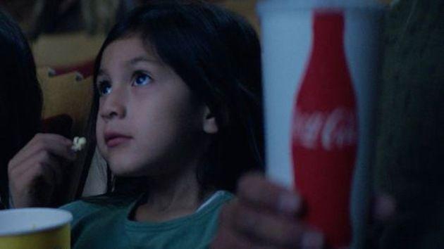 Un anuncio de Coca Cola genera una avalancha de comentarios racistas en EE.UU. –  #CocaCola #EEUU #BoycottCoke