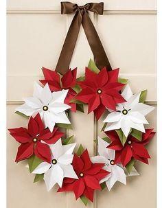 Decoración Navideña con flores de Noche buena. Descubre todas las posibilidades que te ofrece la flor de noche buena (Poinsettia, Pascua). Esta planta, tan navideña, puede convertirse en un bonito centro de mesa, en una corona para la puerta, en un original árbol de Navidad… las posibilidades ¡son infinitas!