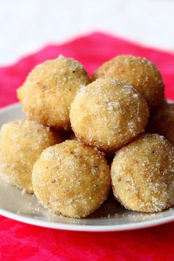 Tässä hieman ideoita Vapun leivonnaisiin, eli vaatimattomasti sanottua ohje maailman parhaisiin donitseihin uunissa! Blogistani löytyy jo ennestään uunissa paistettavien donitsien ohje, mutta muokkasin sitä hieman. Vaikka edellisenkin ohjeen mukaan tehdyt donitsit olivat todella ihania, nämä suorastaan vievät kielen. Suussasulavan pehmeitä ihania pikkupalluroita! Nämä vain ovat niiiiin hyviä..! Donitseja varten myydään donitsipeltejä, joissa donitsit saa sellaisiksi …