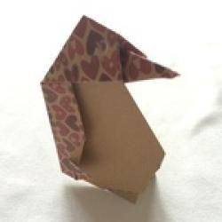 Pinguin aus quadratischem Papier basteln Schritt 11