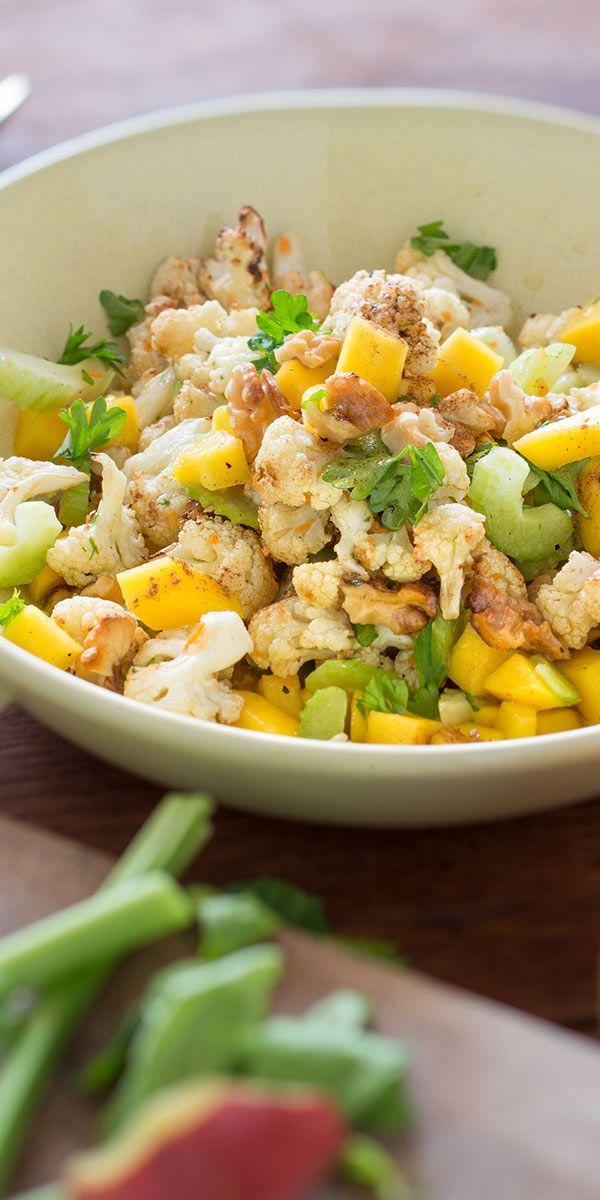 Schon mal unseren gerösteten Blumenkohlsalat mit Walnüssen probiert? Knusprige Walnüsse, im Ofen gerösteter Blumenkohl und fruchtige Mango machen diesen Salat zu einem leckeren vegetarischen Low Carb Gericht. Überzeuge dich selbst!