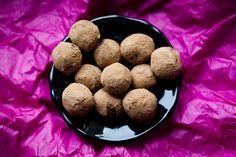 Trufle daktylowe z migdałami, wiórkami kokosowymi i karobem