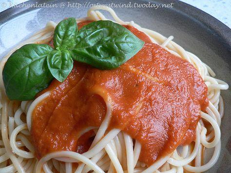 """Eigentlich verbinde ich mit dem Namen """"marinara"""" in Zusammenhang mit Essen, etwas """"nach Matrosenart"""". So sieht es auch das große Pastabuch. Spaghetti Marinara werden dort mit Kalmarmänteln, Weißfischfilet, Muscheln und Scampi serviert. Aber laut dieser Quelle handelt es sich bei einer Marinara Sauce um eine kräftig gewürzte, italienische Tomatensauce mit Zwiebeln, Kn ..."""