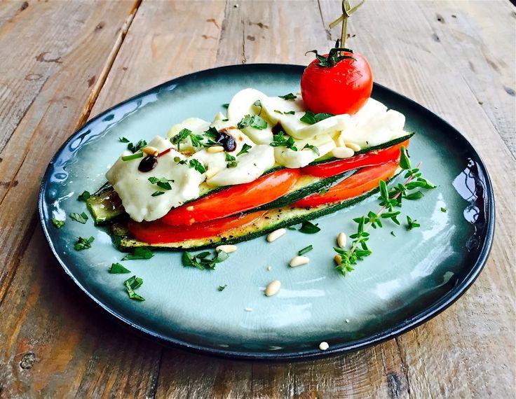 Vandaag een gerecht in een handomdraai op het menu: laagjes Halloumi met tomaat, courgette en pijnboompitten. Snel, makkelijk en o zo lekker!