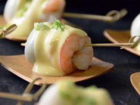 Receta   Huevo de codorniz y gambas cocidas con mahonesa de mostaza  http://canalcocina.es/receta/huevo-de-codorniz-y-gambas-cocidas-con-mahonesa-de-mostaza canalcocina.es