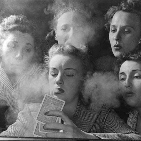 Women playing poker photographed by Nina Leen