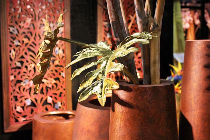 Set di #vasi in resina con #foglie oro #artificiali.